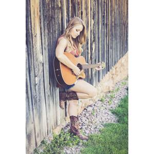 フリー写真, 人物, 女性, 外国人女性, 女性(00036), 音楽, 楽器, 弦楽器, ギター, アコースティックギター, 演奏する, ブーツ