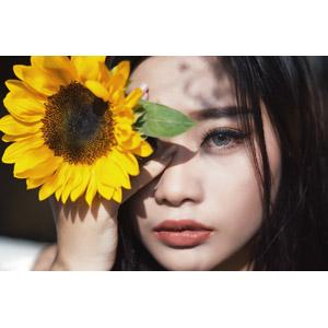 フリー写真, 人物, 女性, アジア人女性, 女性(00144), 人と花, 向日葵(ヒマワリ), 顔
