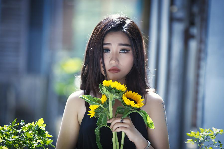 フリー写真 ヒマワリの花を持つ女性
