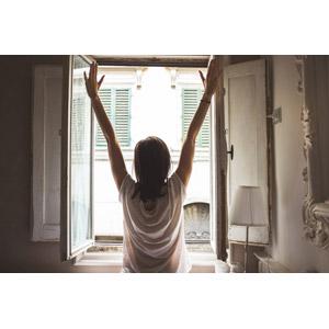 フリー写真, 人物, 女性, 後ろ姿, 背伸び, 手を上げる, 起床(寝起き), 窓辺, Tシャツ