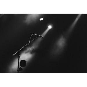 フリー写真, 音楽, ライブ(コンサート), マイク, 舞台(ステージ), 煙(スモーク), スポットライト, モノクロ
