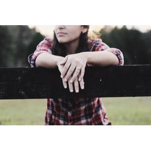 フリー写真, 人物, 女性, 外国人女性, 柵(フェンス), シャツ, 結婚指輪, 指輪(リング)