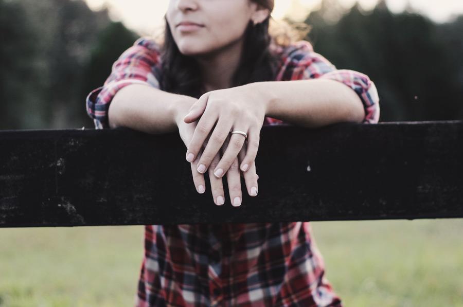 フリー写真 牧場の柵に寄りかかる女性