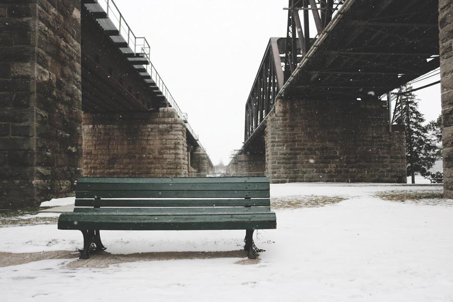 フリー写真 雪とベンチと鉄橋の風景