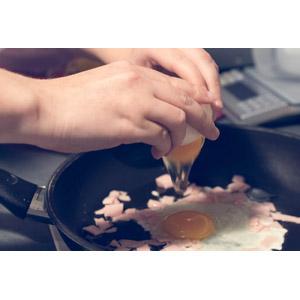 フリー写真, 人体, 手, 調理, 卵(タマゴ), フライパン, 卵料理