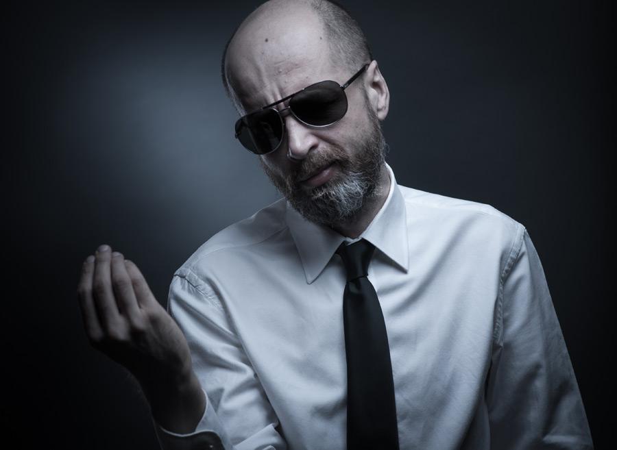 フリー写真 サングラスをした外国の中年男性