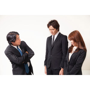 フリー写真, 人物, 集団(グループ), 男性(00087), 女性(00023), 男性(00024), 日本人, 職業, 仕事, ビジネス, ビジネスマン, サラリーマン, ビジネスウーマン, 上司, 腕を組む, 叱る, 三人