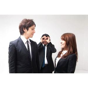 フリー写真, 人物, カップル, 恋人, 愛(ラブ), 日本人, 職業, 仕事, ビジネス, ビジネスマン, サラリーマン, ビジネスウーマン, 男性(00087), 女性(00023), 男性(00024), 三人, 上司, 向かい合う, 覗く, 手で双眼鏡を作る