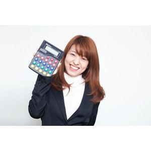 フリー写真, 人物, 女性, アジア人女性, 日本人, 女性(00023), 職業, 仕事, ビジネス, ビジネスウーマン, OL(オフィスレディ), 電卓, 笑う(笑顔), レディーススーツ