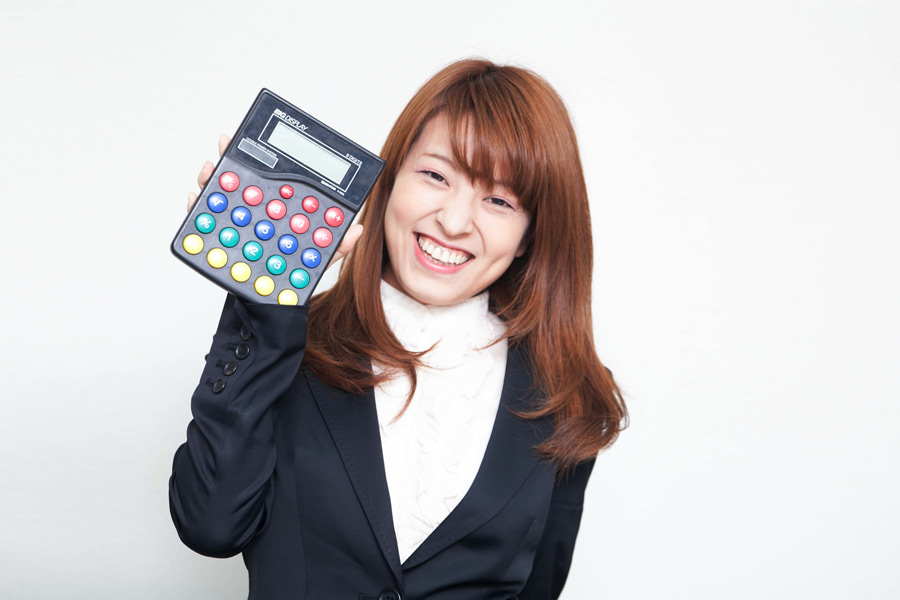 フリー写真 電卓を持っている日本の女性社員