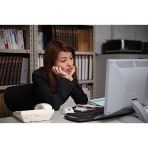 フリー写真, 人物, 女性, アジア人女性, 日本人, 女性(00023), 職業, 仕事, ビジネス, ビジネスウーマン, OL(オフィスレディ), オフィス, 疲れる, 悩む, 頬杖をつく, やる気のない
