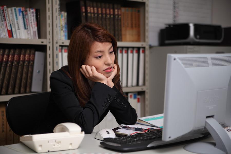 フリー写真 オフィスでぼーっとしている日本の女性社員
