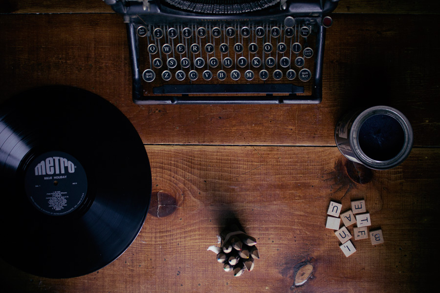 フリー写真 机の上のタイプライターとレコード