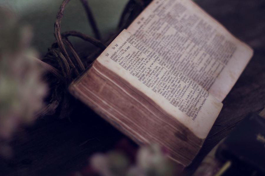フリー写真 開かれたままの古い聖書