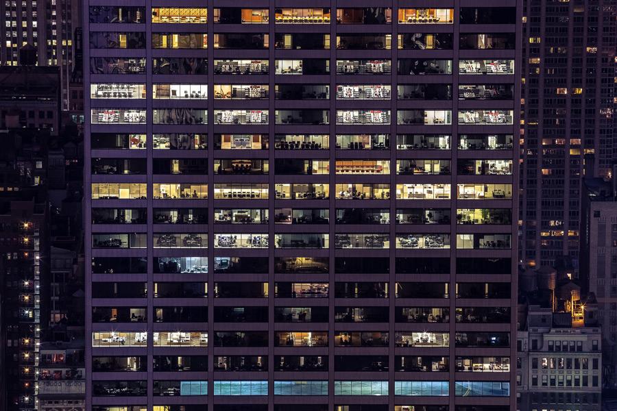 フリー写真 夜のオフィスビルの風景
