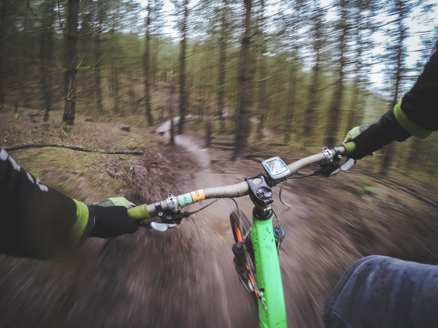 フリー写真 マウンテンバイクで森をかける人物