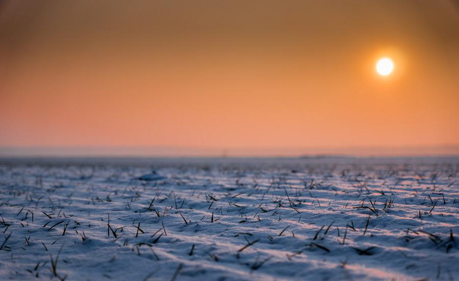 フリー写真 夕日と雪に覆われる大地