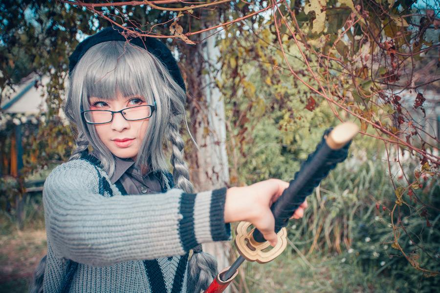 フリー写真 コスプレをして刀を抜いている女性