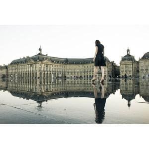 フリー写真, 風景, 建造物, 建築物, ブルス広場, 旧市街, 月の港ボルドー, 世界遺産, フランスの風景, ボルドー, 人と風景, 人物, 女性, ワンピース, 鏡像, 水たまり