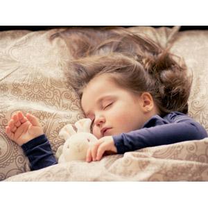 フリー写真, 人物, 子供, 女の子, 外国の女の子, イギリス人, 寝る(寝顔), ぬいぐるみ