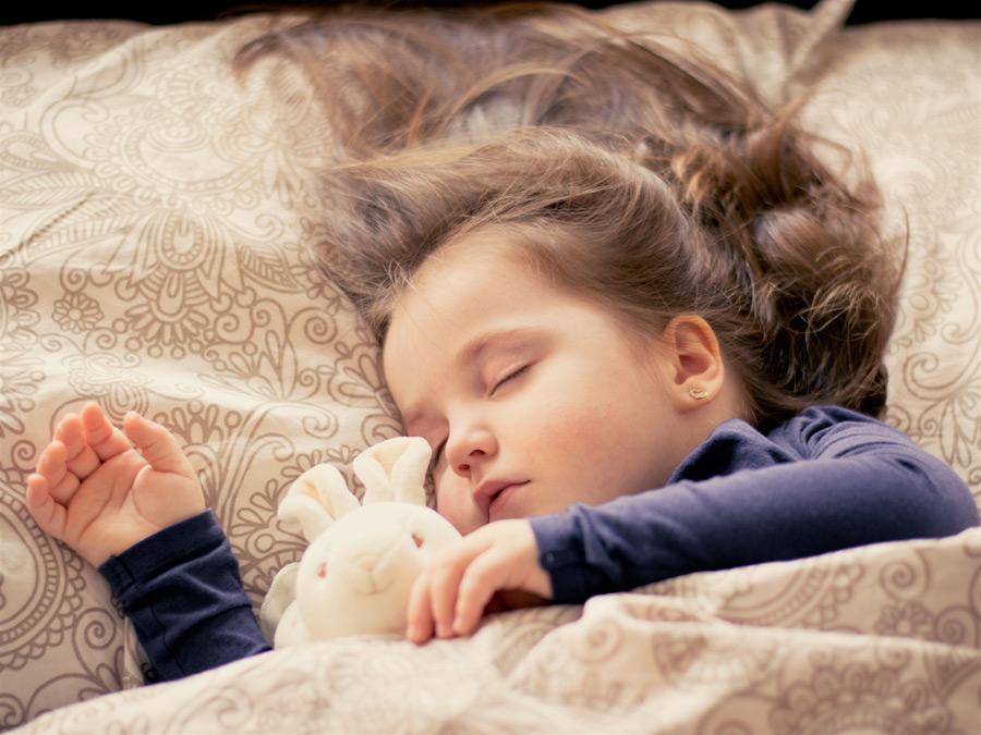 フリー写真 ぬいぐるみと一緒に寝ているイギリスの女の子