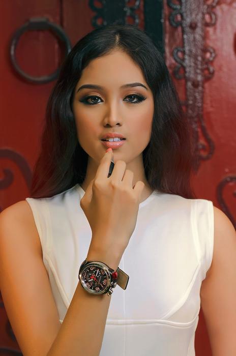 フリー写真 口紅を塗るフィリピン人女性