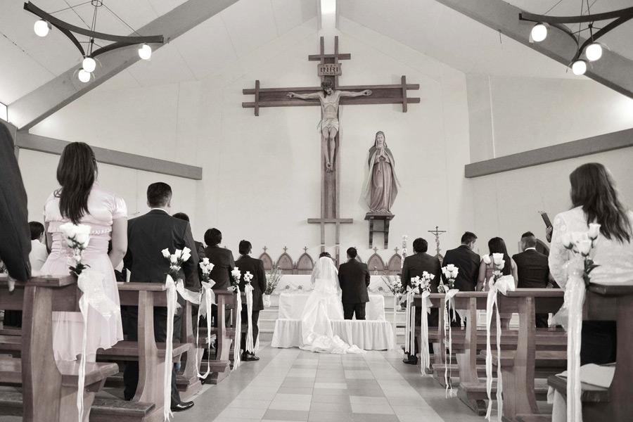 フリー写真 教会で結婚式を挙げるカップル