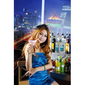 フリー写真, 人物, 女性, アジア人女性, 中国人, 酒場(バー), 飲食店, 飲み物(飲料), お酒, カクテル, 夜景, カクテルグラス