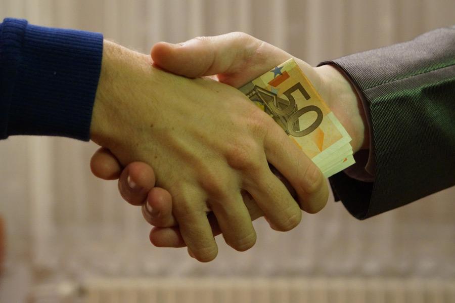 フリー写真 握手する手と賄賂