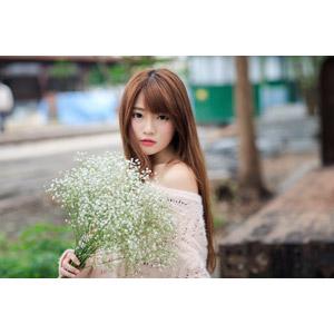 フリー写真, 人物, 女性, アジア人女性, 中国人, 欣欣(00001), 人と花, 花束, かすみ草(カスミソウ), 白色の花