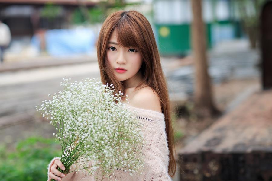 フリー写真 カスミソウの花を持つ女性のポートレイト