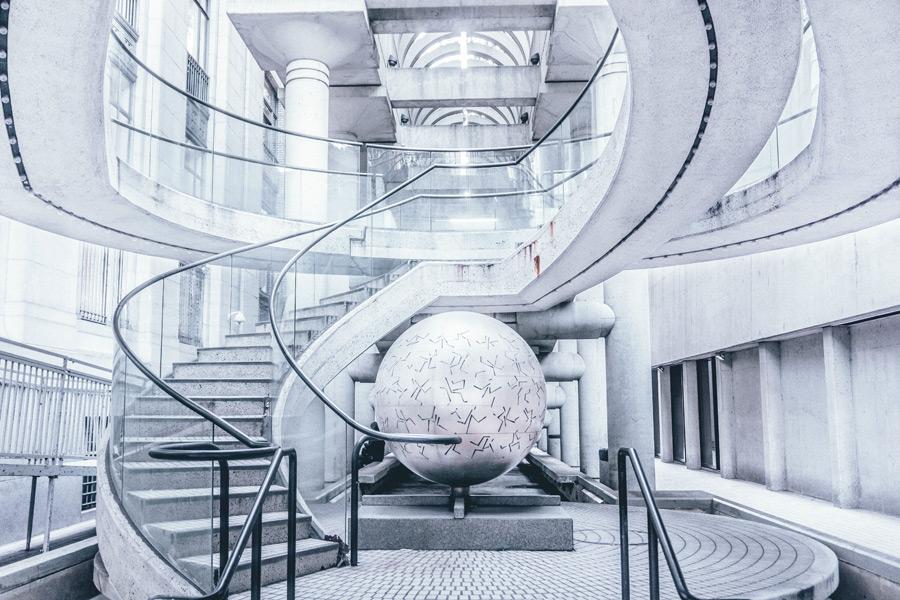 フリー写真 建物の中のオブジェと階段の風景