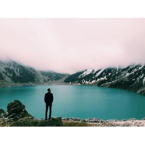 フリー写真, 人物, 男性, 後ろ姿, 人と風景, 霧(霞), 湖, カザフスタンの風景