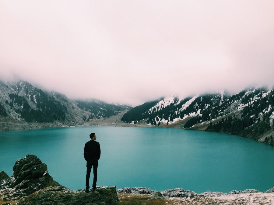 フリー写真 湖の前に立つ男性の後ろ姿