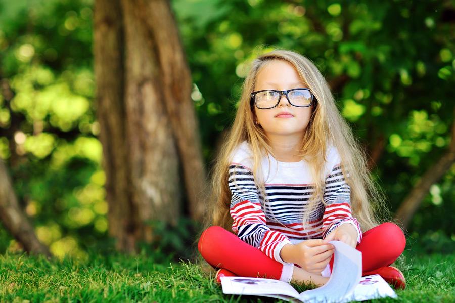 フリー写真 戸外で本を読む外国の女の子