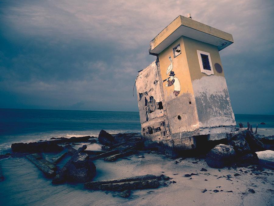 フリー写真 砂浜に打ち上げられた建物の一部