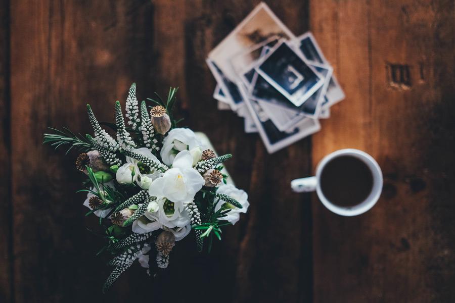 フリー写真 花瓶の花と写真とコーヒー