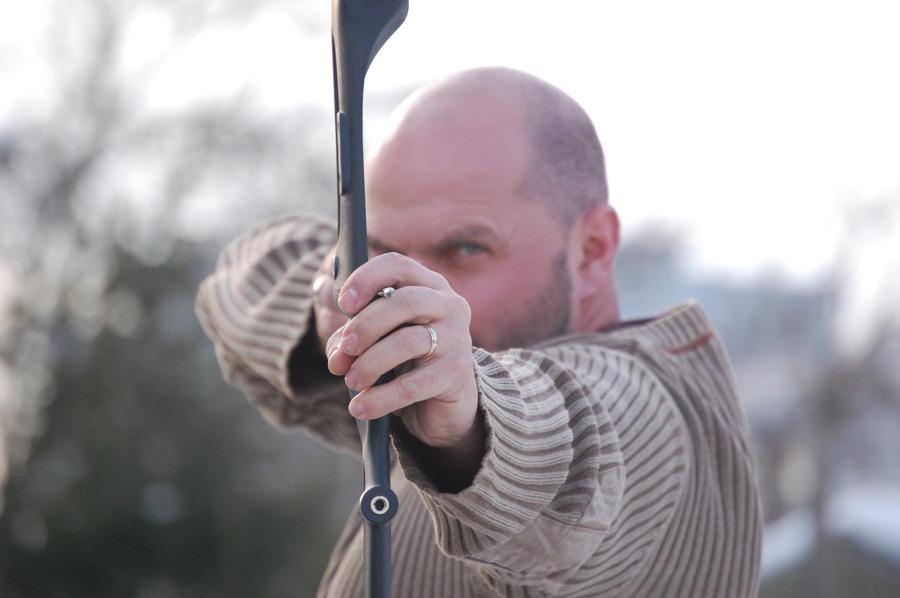 フリー写真 弓矢を構える外国人男性