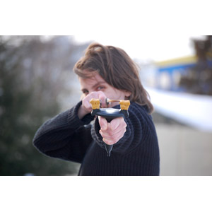 フリー写真, 人物, 女性, 外国人女性, ルーマニア人, 武器, スリングショット(パチンコ)
