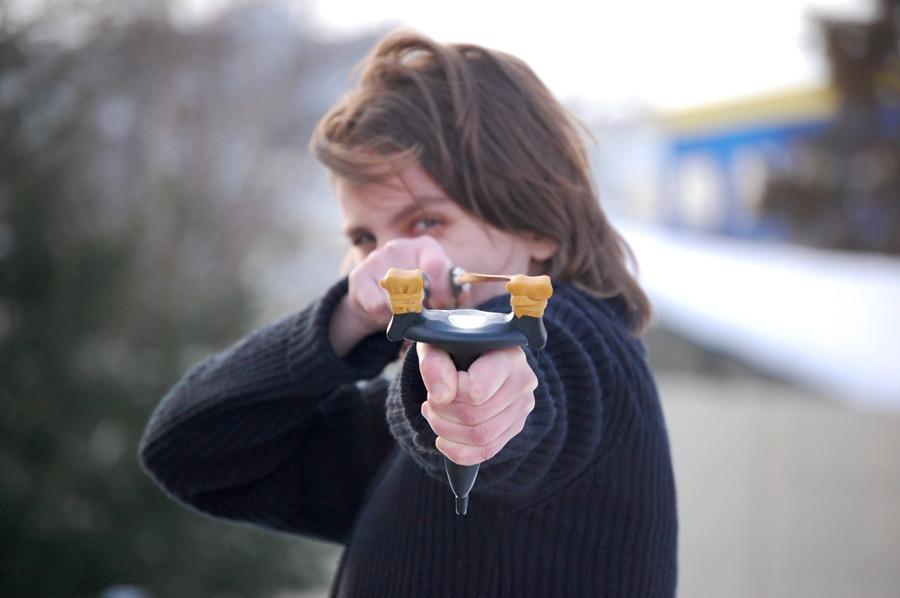 フリー写真 パチンコを構える外国人女性