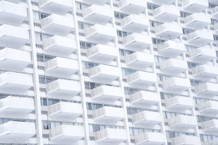 フリー写真 ベランダのあるマンションの風景