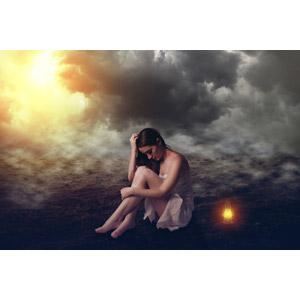 フリー写真, フォトレタッチ, 人物, 女性, 外国人女性, 人と風景, 座る(地面), 霧(霞), 雲, ランタン, 落ち込む(落胆), 失望(絶望), 悲しい, 俯く(下を向く), 憂鬱