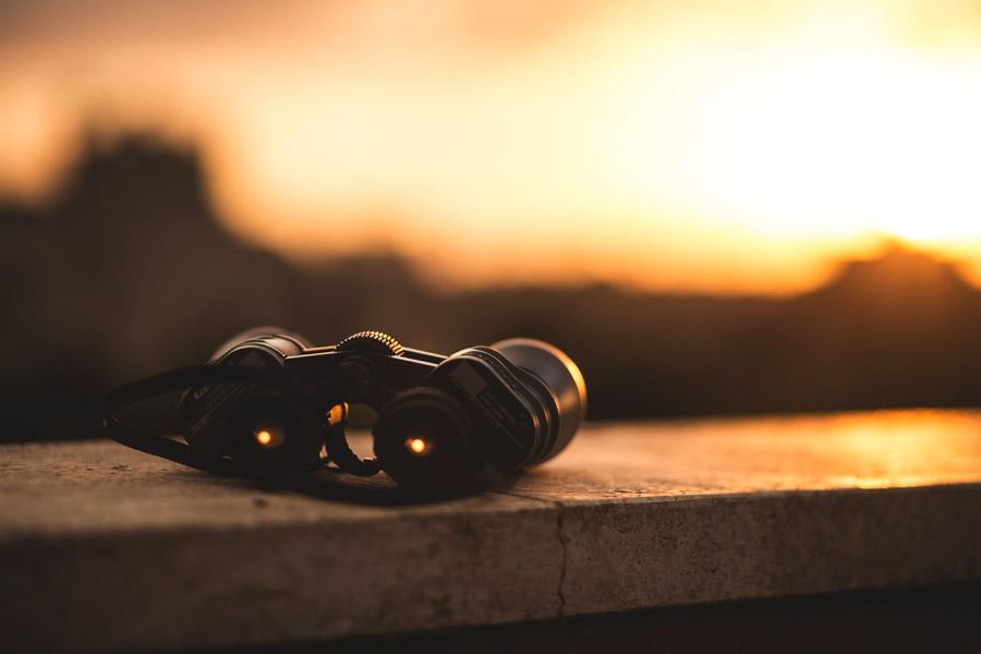 フリー写真 夕陽と双眼鏡