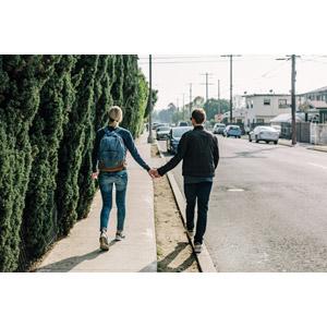 フリー写真, 人物, カップル, 恋人, 後ろ姿, 手をつなぐ, アメリカ人, リュックサック(ナップサック)