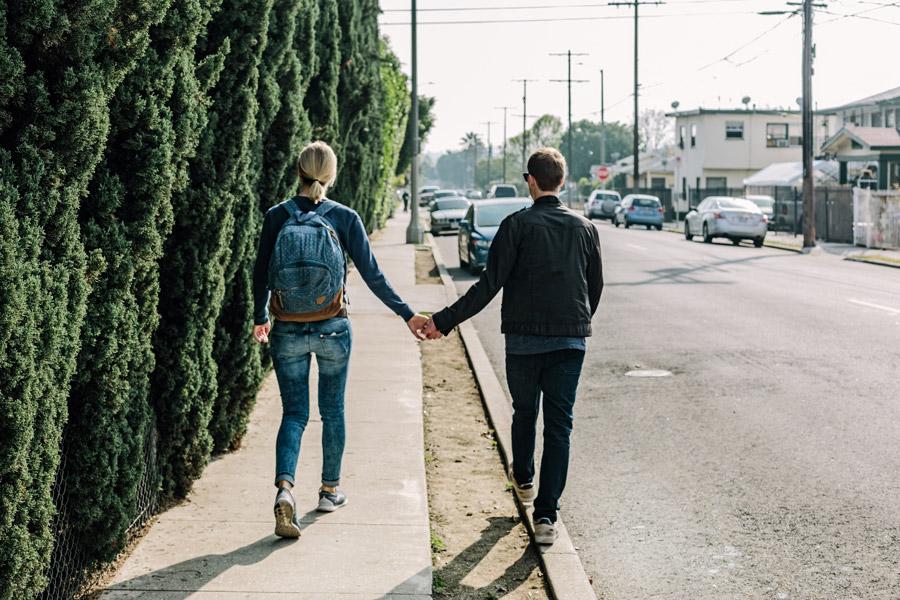 フリー写真 手をつないで歩くカップルの後ろ姿
