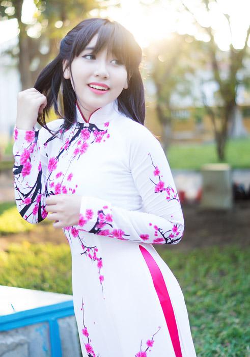 フリー写真 アオザイ姿で髪を触るベトナム人女性