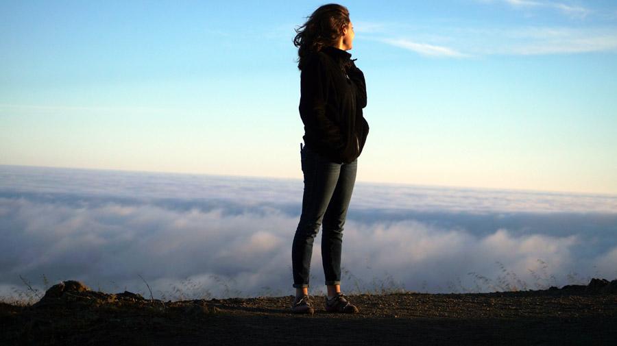 フリー写真 雲海と山頂に立つ外国人女性