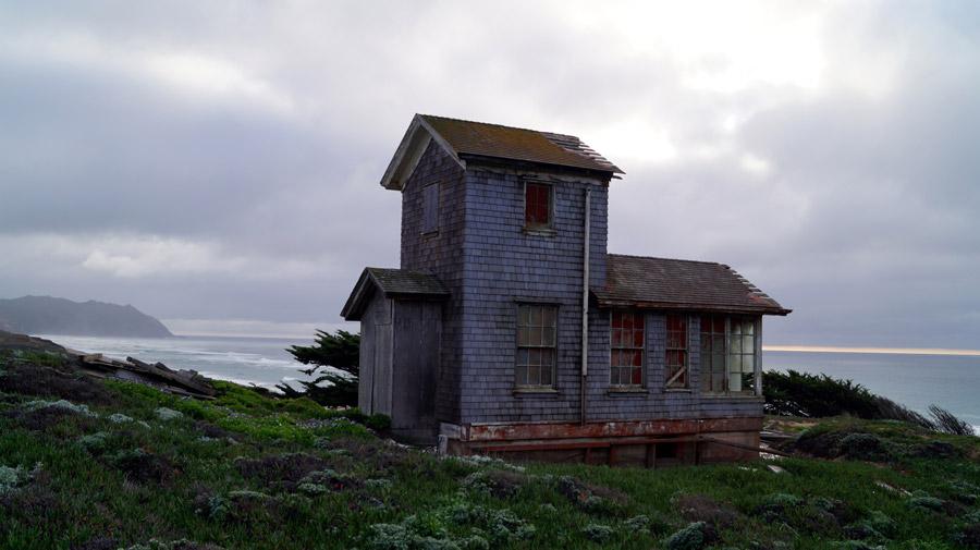 フリー写真 海沿いの廃墟となった家