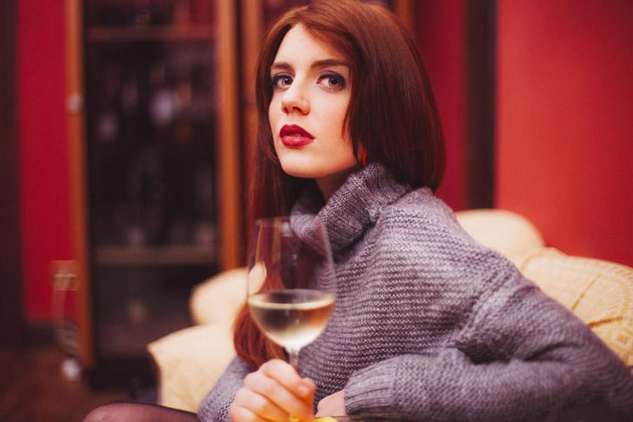 フリー写真 白ワインを持つ外国人女性