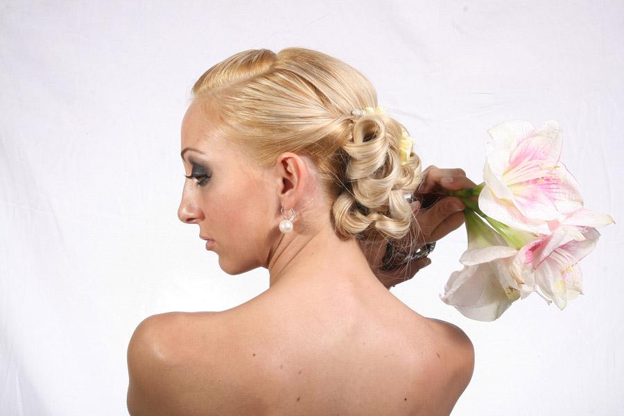 フリー写真 花を持って背を向ける外国人女性